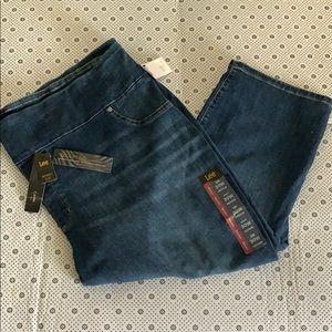 LEE Women's Plus Mid Rise 30W Slim Fit Capri Jeans
